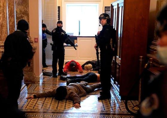 Die Hauptstadt-Polizei teilte mit, nach der Erstürmung des Capitols habe eine Frau in dem Gebäude eine Schusswaffenverletzung erlitten. Sie starb später im Spital.