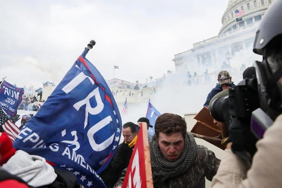"""Manche Demonstranten machen aus ihrer Gewaltbereitschaft keinen Hehl. """"Es ist eine Schande, dass wir nicht das ganze Gebäude niedergebrannt haben"""", sagt einer."""