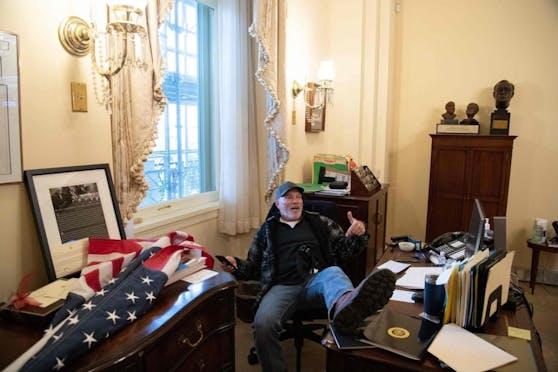 Sie drangen auch in Abgeordnetenbüros ein. Ein Trump-Anhänger nahm am Schreibtisch der Sprecherin des Repräsentantenhauses Nancy Pelosi Platz.
