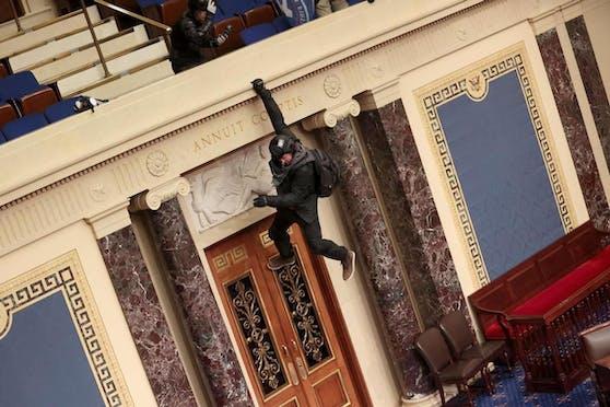 Zu dem Zeitpunkt hatten sich Senatoren und Abgeordnete aus der gemeinsamen Sitzung in ihre jeweiligen Kammern zurückgezogen.
