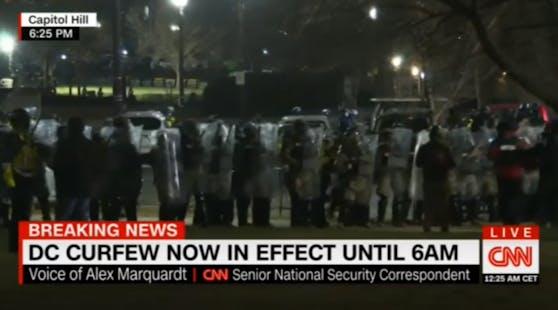 Schwer bewaffnete Polizisten in voller Bereitschaftsausrüstung und mit Gasmasken bahnten sich ihren Weg über das Gelände, um die Menge zu vertreiben.