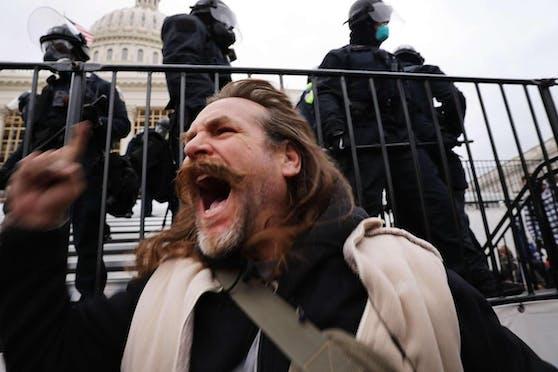 Die Demonstranten begnügen sich nicht mit friedlichem Protest vor dem Gebäude, in dem beide Kammern des US-Parlaments untergebracht sind.