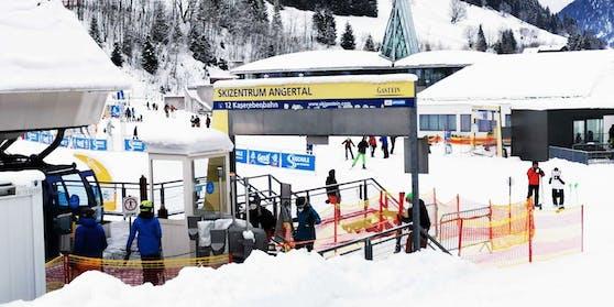 Mäßiger Andrang an einem Skilift in Bad Hofgastein, Salzburg.