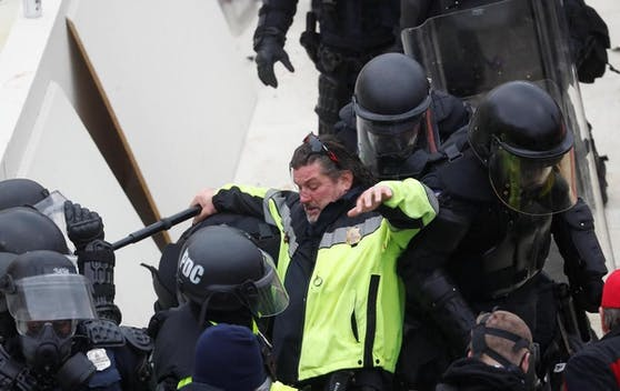 Der Polizeichef von Washington Robert Contee sagte, zunächst seien 13 Personen festgenommen und fünf Waffen sichergestellt worden.