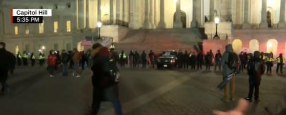 Nach fast vierstündigen Unruhen ist die gewaltsame Besetzung des US-Kapitols in Washington nach offiziellen Angaben beendet.