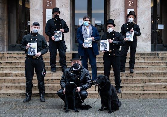 Ein limitierter Kalender zeigt Rauchfangkehrer mit Tierheim-Hunden & -Katzen.