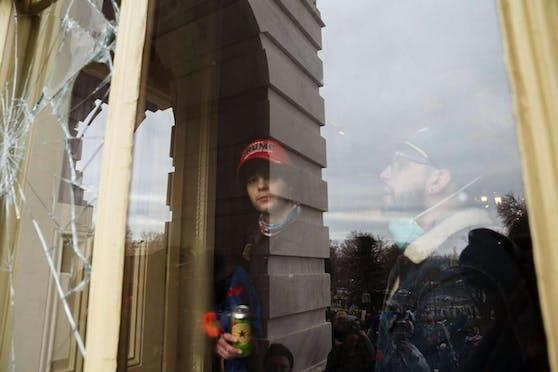 Auf Bildern des Senders CNN war zu sehen, wie Randalierer Fensterscheiben zerschlugen, sich so Zugang zum Gebäude verschafften.