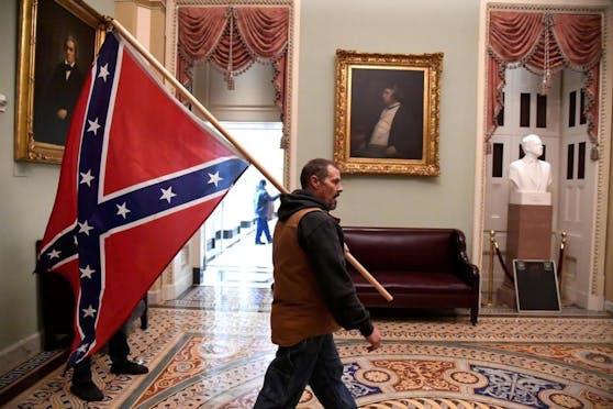 Ein Trump-Anhänger im Inneren des Capitols mit einer Konföderierten-Fahne.
