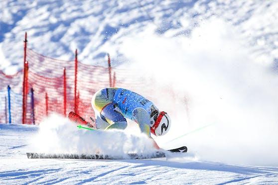 Lucas Braathen stürzt in Adelboden ins Ziel.