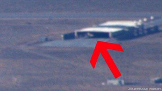 Der Pilot Gabe Zeifman teilte Aufnahmen, die er bei einem Flug über der Area 51 gemacht hatte. Darunter ist ein seltsames Objekt.