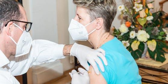 Der Coronavirus-Impfplan in Österreich wird geändert. Auch mobiles Pflegepersonal soll in Phase eins geimpft werden.