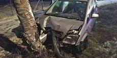 Lenker und Beifahrer nach Crash im Wagen eingeklemmt