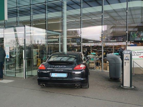 Der Porsche wurde vor dem Notausgang abgestellt.