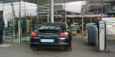 Porsche-Fahrer parkt Notausgang zu und geht einkaufen