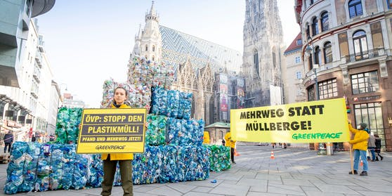 Greenpeace-Aktivisten warnen mit einer drei Meter hohen Installation aus Plastikflaschen vor den Folgen der wachsenden Müllberge in Österreich. Die Umweltschützer fordern die Einführung eines Pfandsystems mit verpflichtenden Mehrwegquoten.