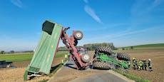 Lkw und Traktor kippten um – beide Lenker eingeklemmt