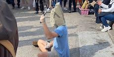Mann betoniert eigenen Kopf mitten auf Wiener Markt zu