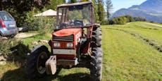 Bauer und seine Söhne stürzen mit Traktor Hang hinab