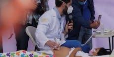 Arzt unterzieht Mädchen auf Bühne Live-Ultraschall