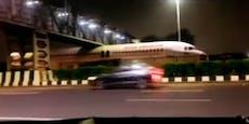 Flugzeug bleibt unter Autobahn-Brücke stecken