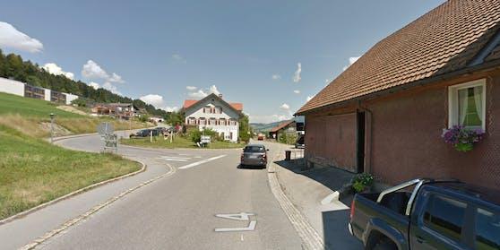 In die rote Fassade des rechtsseitigen Gasthauses krachte der Bürgermeister Beer.