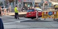 VW Golf bleibt in Wiener Gleisbett-Falle stecken