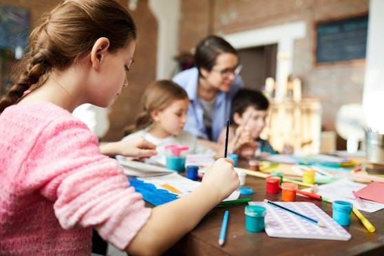 Kinder sollen illegal in Gruppen unterrichtet worden sein.
