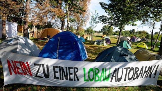 Protestcamp von Umweltschützern gegen das geplante Lobau-Autobahn-Projekt.