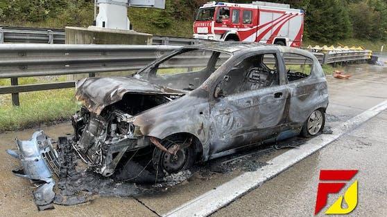 Bei einem Auffahrunfall auf der A10 brannte der Chevrolet Kalos einer 64-jährigen Slowenin völlig aus.