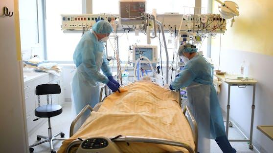 Ein Patient wird auf der Intensivstation des Universitätsklinikums Tulln versorgt.