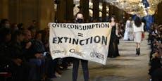 Klima-Demonstranten stürmten Luxus-Modenschau in Paris