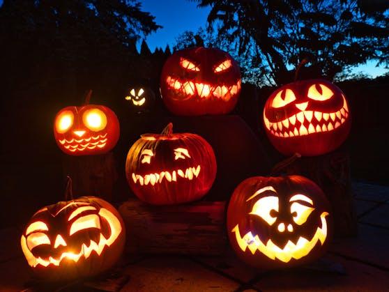 Kürbisse als Laternen gehören an Halloween einfach dazu.