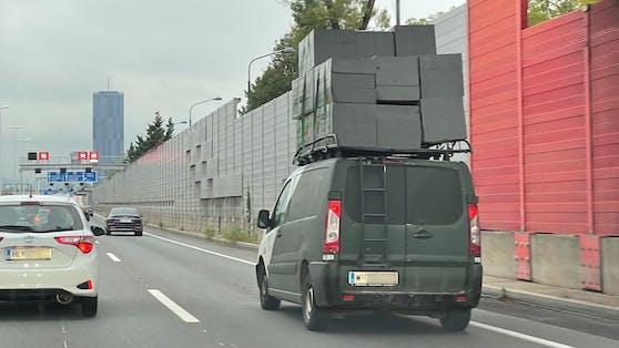 Nichts für schwache Nerven: Baumaterial meterhoch auf dem Dach stapeln und über die Autobahn fahren.