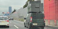 Arbeiter fährt mit meterhohem Baumaterial über Autobahn