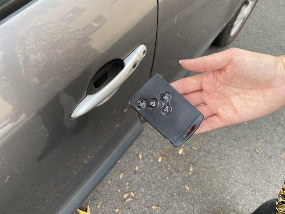 Jetzt hast du den Salat! Die Batterie in deinem Autoschlüssel hat den Geist aufgegeben. Wie kommst du jetzt in dein Auto rein?