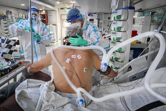 Ein Corona-Patient wird auf einer Intensivstation behandelt. Die Spitalssituation bereitet weiter Sorgen.