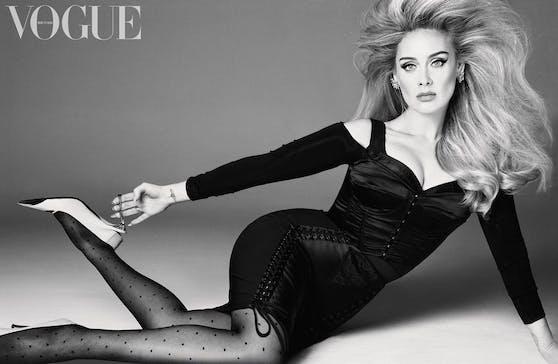 Adele im kleinen Schwarzen von Dolce&Gabbana