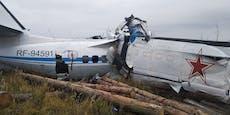 Flugzeug kracht beinahe in Dorf – mindestens 16 Tote