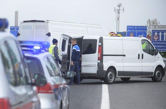 In einem Kastenwagen wurden 24 Männer aufgegriffen. Symbolbild.