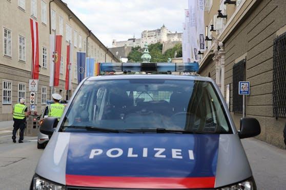 Sonntagabend krachte eine Frau mit ihrem Pkw in die Hausmauer der Rettungsdienststelle des Roten Kreuzes in Saalbach. (Symbolbild)