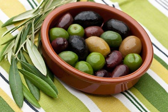 Kaum zu glauben, aber wurden Oliven künstlich gefärbt, können sie Krebs erregen.