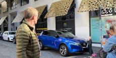 Kleines Mädchen bemalte blaues Auto in der Wiener City