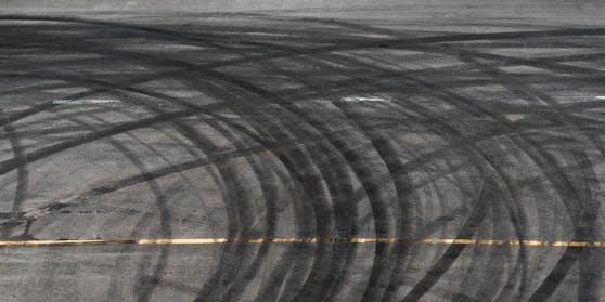 Die durch das Driften entstandenen Reifenspuren verursachten erheblichen Sachschaden.