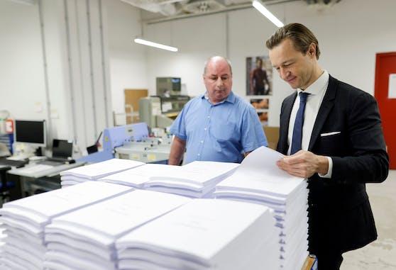 Finanzminister Gernot Blümel besuchte die Mitarbeiter in jener Druckerei, in der das Budget ausgedruckt wird.