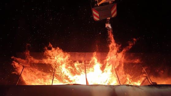 Rund 100 Feuerwehrmänner standen im Einsatz.
