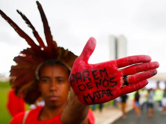 """""""Hör auf, uns zu töten"""" - Indigene demonstrieren in Brasilien gegen ihren Präsidenten Jair Bolsonaro."""