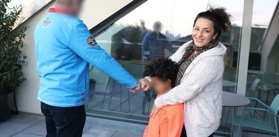 """Der Wiener überreichte der jungen Mutter gleich 400 Euro in der """"Heute""""-Redaktion."""