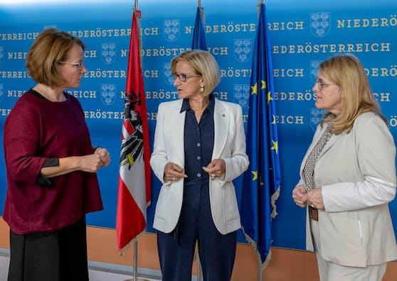 Landeshauptfrau Johanna Mikl-Leitner (M.), Landesrätin Christiane Teschl-Hofmeister (l.) und Landesrätin Ulrike Königsberger-Ludwig (r.): Land Niederösterreich erhöht Heizkostenzuschuss für Winter 2021/22 auf 150 Euro.