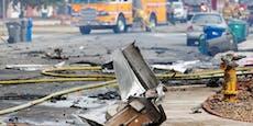 Flugzeug stürzt auf Wohnhäuser – Zwei Menschen sterben