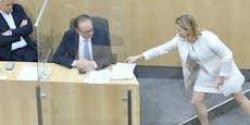 """Neo-Kanzler """"Schalli"""" sorgt für Wurf-Eklat bei Rede"""
